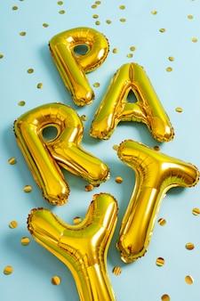 Draufsicht partyballons und konfetti