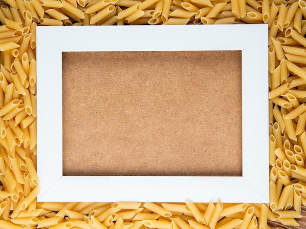 Draufsicht penne pasta0 mit kopienraum auf hölzernem hintergrund
