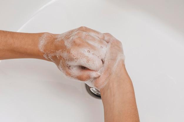 Draufsicht person, die hände wäscht