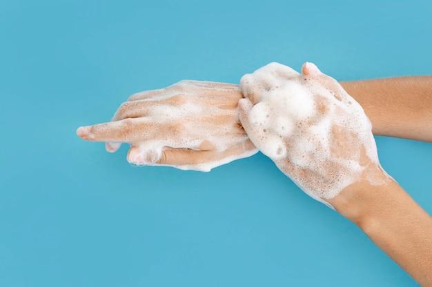 Draufsicht person, die seine hände wäscht