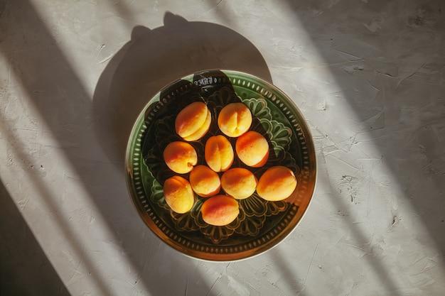 Draufsicht pfirsiche in platte auf strukturiertem tisch. horizontal