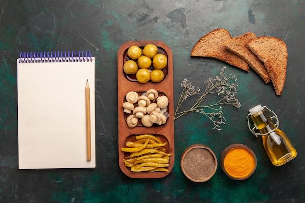 Draufsicht pilze und oliven mit gewürzen und brotlaib auf dunklem hintergrund zutaten produkt mahlzeit essen