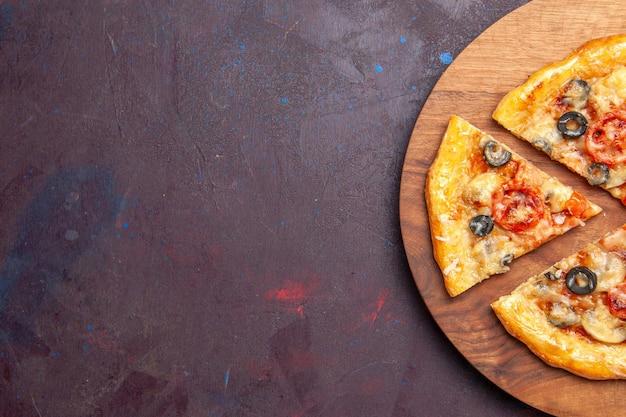 Draufsicht pilzpizza geschnittener gekochter teig mit käse und oliven auf der dunklen oberfläche essen italienischer mahlzeit pizzateig