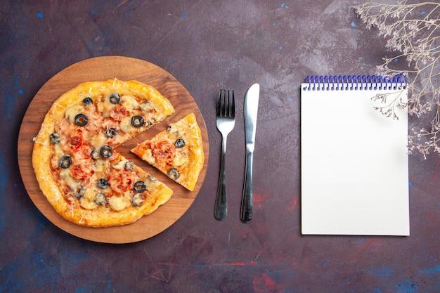 Draufsicht pilzpizza geschnittener gekochter teig mit käse und oliven auf dunklem schreibtisch essen italienische pizza backen teigmahlzeit