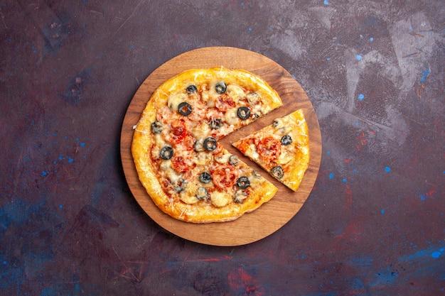 Draufsicht pilzpizza geschnittener gekochter teig mit käse und oliven auf dunkler oberfläche pizza essen italienischer mehlteig