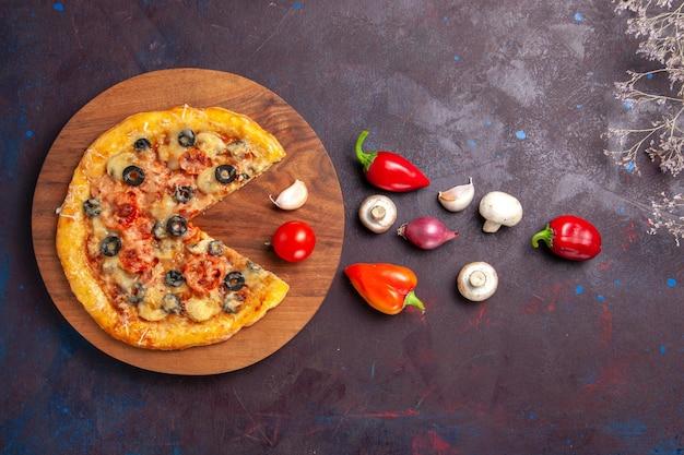 Draufsicht pilzpizza in scheiben geschnittenen gekochten teig mit käse und oliven auf dunkelvioletter oberfläche italienische pizza backen teigmahlzeit