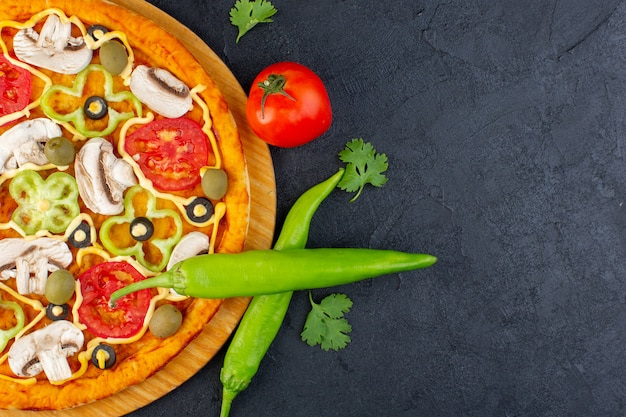 Draufsicht pilzpizza mit roten tomaten paprika-oliven und pilzen, die alle innen auf dem dunklen hintergrundnahrungsmittelmahlzeitpizza italienisch geschnitten werden