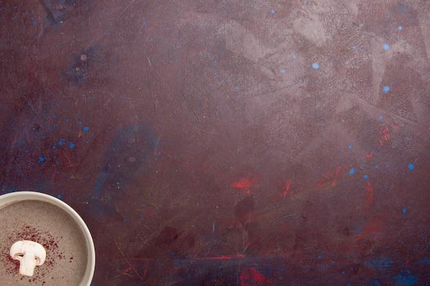 Draufsicht pilzsuppe innerhalb platte auf dem dunklen raum