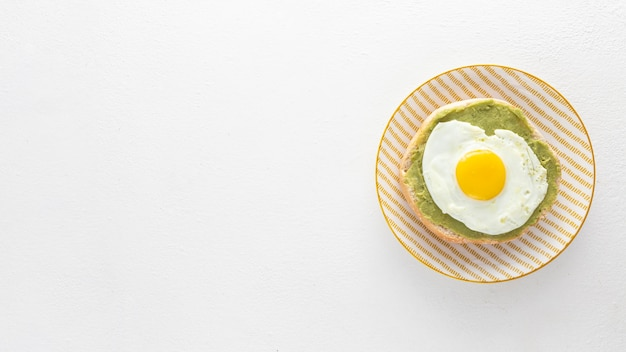 Draufsicht pita mit avocado und spiegelei auf teller mit kopierraum