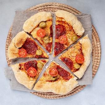 Draufsicht pizza geschnitten