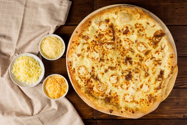 Draufsicht pizza mit käsemischung