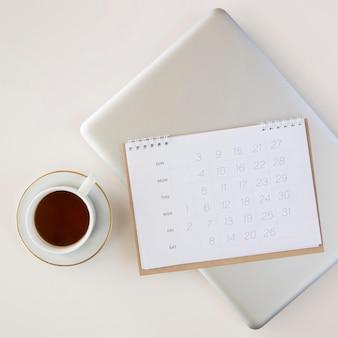 Draufsicht planerkalender und tasse kaffee