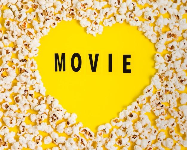 Draufsicht popcorn herzform auf tisch