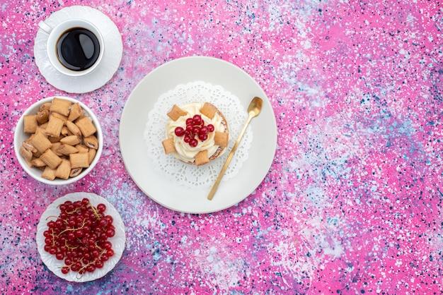 Draufsicht preiselbeeren und kuchen mit keksen und kaffee auf der bunten hintergrundkuchenkekszuckersüße farbe