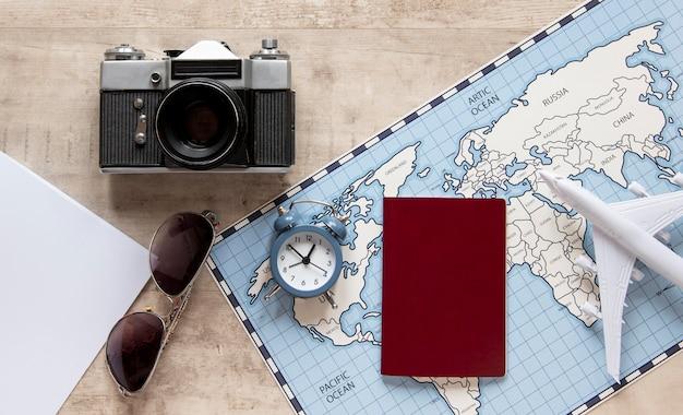 Draufsicht reiseartikel anordnung