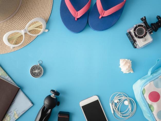 Draufsicht-reisekonzept mit digitalkamera und outfit des reisenden auf weißem hölzernem hintergrund, touristische grundlagen, vintage-toneffekt