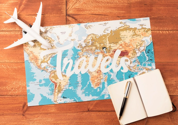 Draufsicht-reisekonzept mit karte