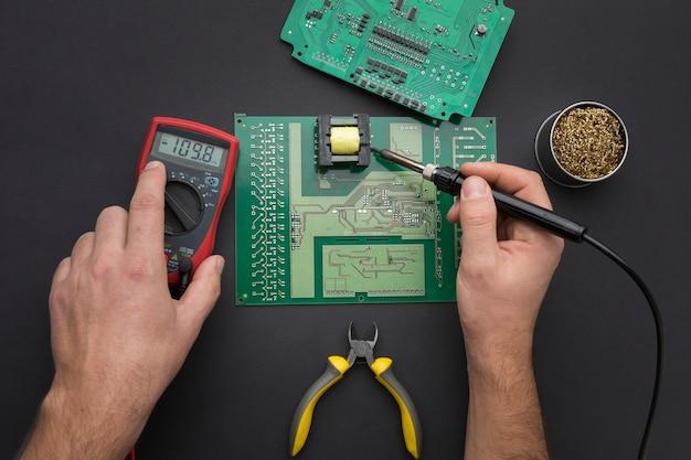 Draufsicht reparatur einer leiterplatte