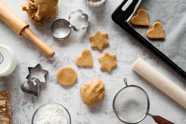 Draufsicht rohe kekse mit schneidenden formen