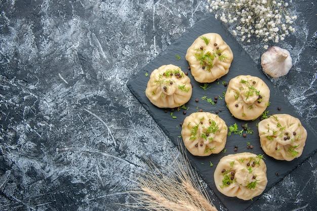Draufsicht rohe kleine knödel kleine teigstücke auf grauem hintergrund küche kuchengericht abendessen fleisch teig mahlzeit kochen