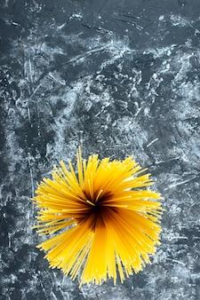 Draufsicht rohe lange nudeln auf grauem hintergrund kochen farbe teig küche küche essen gemüsesalat