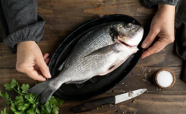 Draufsicht rohen fisch auf tablett