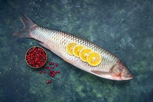 Draufsicht roher fisch granatapfelkerne in schüssel auf dem tisch mit freiem platz