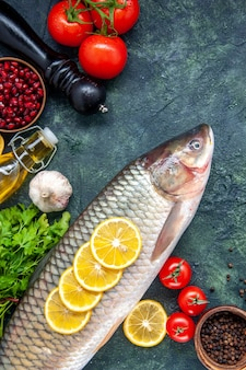 Draufsicht roher fisch pfeffermühle tomaten auf dem tisch