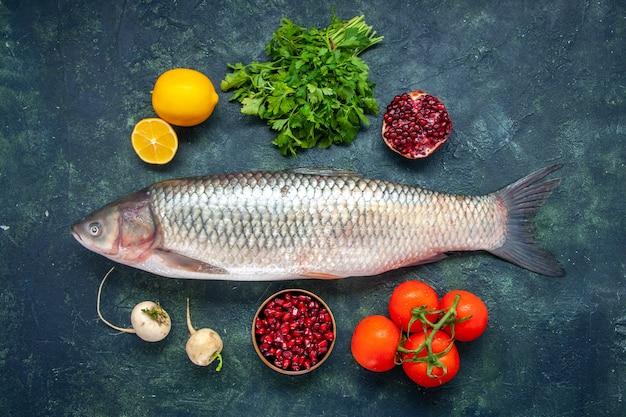 Draufsicht roher fisch tomaten rettich petersilie granatapfel in kleine schüssel zitrone auf küchentisch