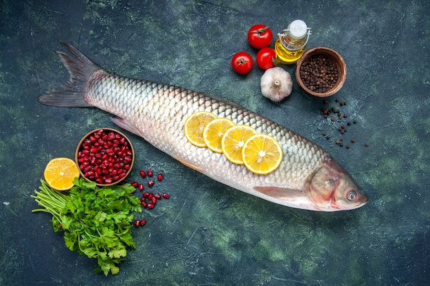 Draufsicht roher fisch tomaten zitronenscheiben öl flaschengrün auf tisch freiraum