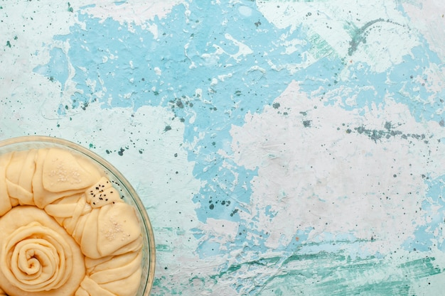 Draufsicht roher tortenteig rund gebildet auf der blauen oberfläche