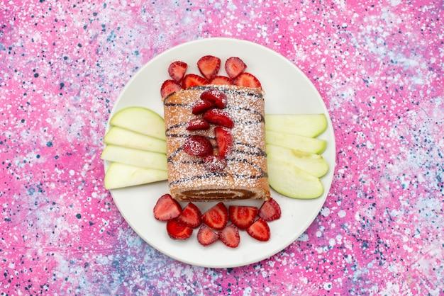 Draufsicht-rollkuchen mit früchten innerhalb der weißen platte auf der süßen farbe des bunten hintergrundkuchen-kekses