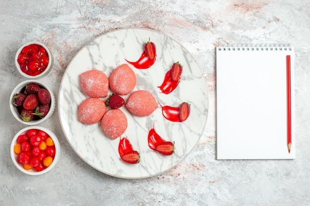 Draufsicht rosa erdbeerkuchen mit früchten auf hellweißem hintergrundkuchenzuckerplätzchen-teekeks süß