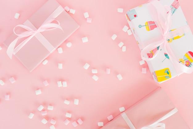 Draufsicht rosa geschenk mit süßigkeiten