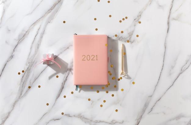 Draufsicht rosa notizbuch auf schreibtisch