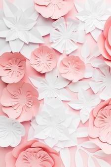 Draufsicht rosa und weiße papierblumen