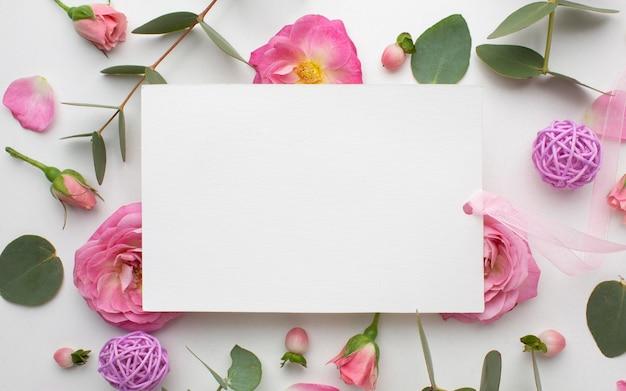 Draufsicht rosenblumen und papierblatt