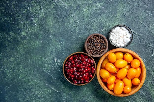Draufsicht rot geschälte granatäpfel mit gelben kleinen früchten innerhalb platte, farben mahlzeit frucht
