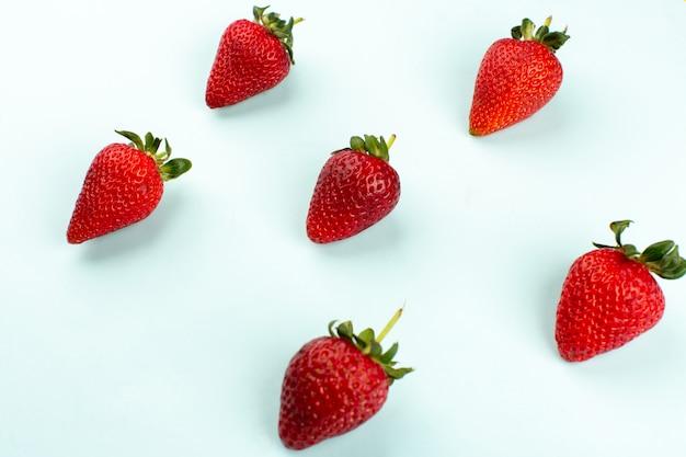 Draufsicht rote erdbeeren frisch mild saftig isoliert auf dem weißen boden