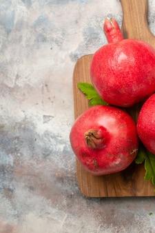 Draufsicht rote granatäpfel auf hellem hintergrund