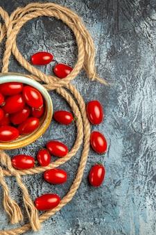 Draufsicht rote kirschtomaten mit seilen