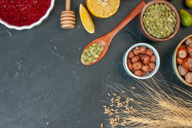 Draufsicht rotes fruchtgelee mit erdnüssen und rosinen auf dem dunkelgrauen konfitüre-nuss-teig-kuchen-keks