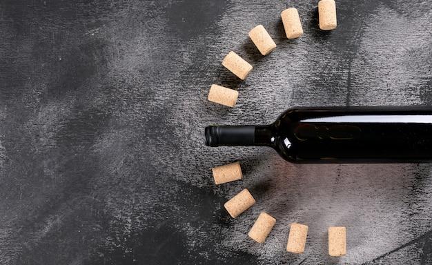 Draufsicht rotwein mit kopierraum links auf schwarzem stein horizontal