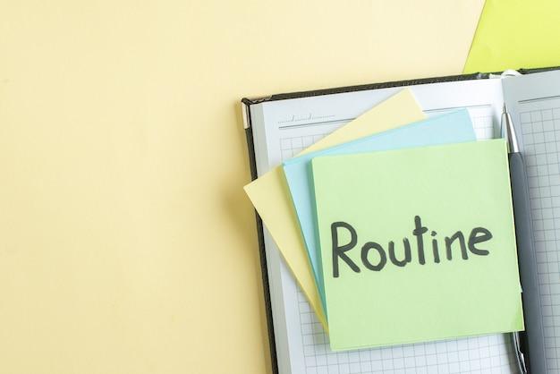 Draufsicht routine schriftliche notiz mit aufklebern und notizblöcken auf gelbgrünem hintergrund college job büro schule geld farbe business copybook gehalt