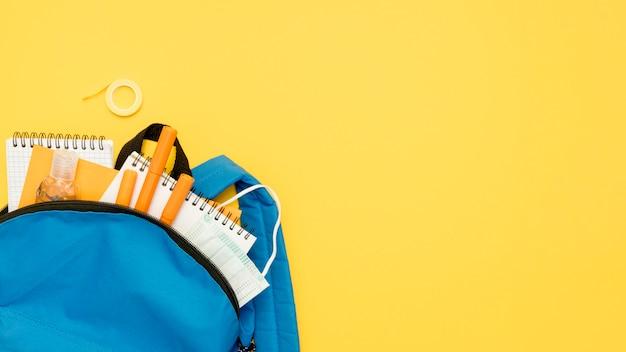 Draufsicht rucksack mit schulmaterial
