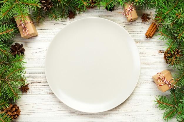 Draufsicht, runde keramik der leeren platte auf hölzernem weihnachten