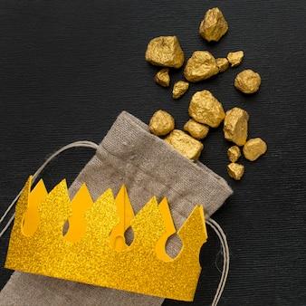 Draufsicht sackleinen sack mit golderz und krone