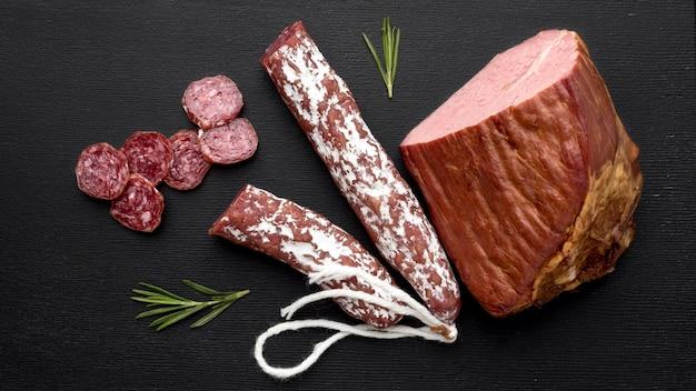 Draufsicht salami und filetfleisch