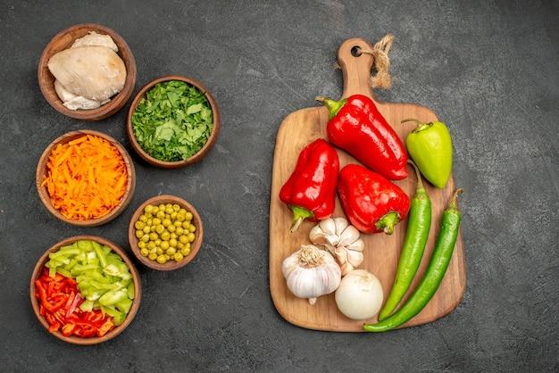 Draufsicht salatzutaten mit huhn und grün auf dem dunklen tischgesundheitssalatdiätfutter