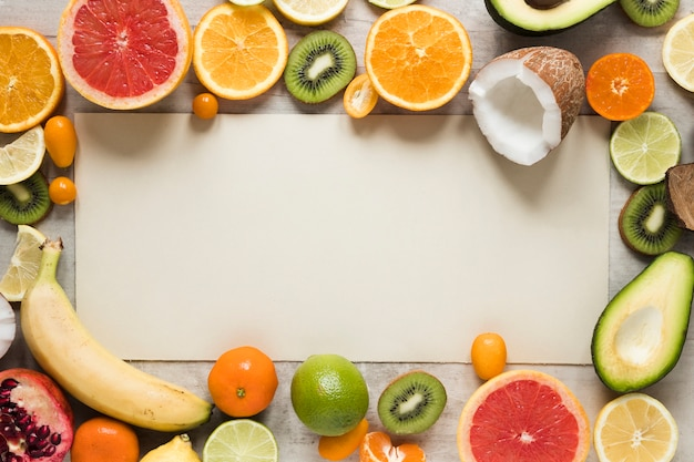 Draufsicht-sammlung von exotischen früchten auf dem tisch